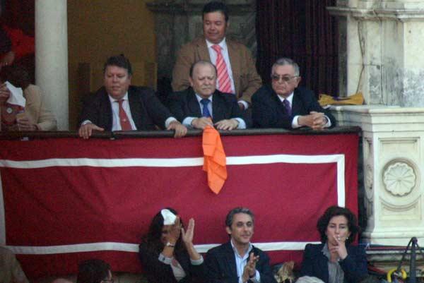 El histórico momento de sacar el pañuelo naranja para el indulto de 'Arrojado'. (FOTO: Javier Martínez)