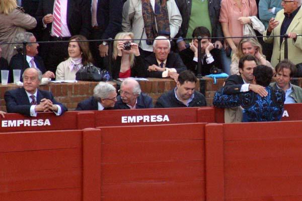 Mientras todos felicitaban al ganadero, el empresario miraba hacia otro lado, aunque finalmente se acercó a felicitarlo. (FOTO: Javier Martínez)