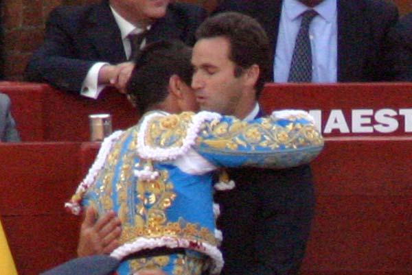Manzanares se funde en un abrazo con Álvaro Núñez tras el histórico indulto. (FOTO: Javier Martínez)