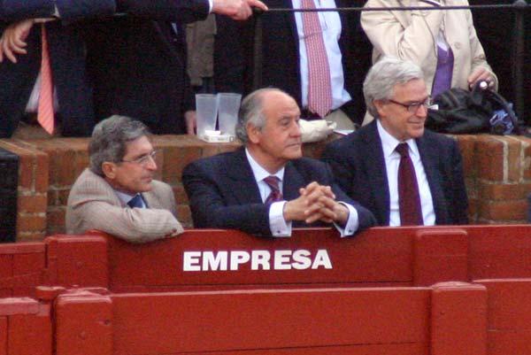 Ramón Valencia, que no ha contratado a Cuvillo los últimos cinco años, no parece alegrarse. (FOTO: Javier Martínez)