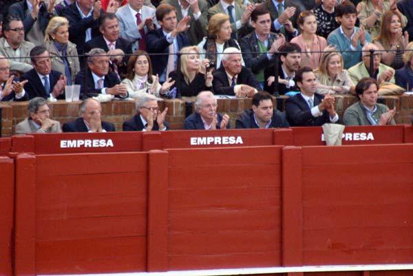 Todos aplauden al toro indultado de vuelta a chiqueros, incluido el ganadero, salvo tres personas. ¿Serán quizás miembros de la empresa? (FOTO: Javier Martínez)