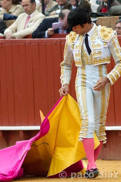 Cayetano simula un remate airoso... sin toro. (FOTO: Paco Díaz/toroimagen.com)