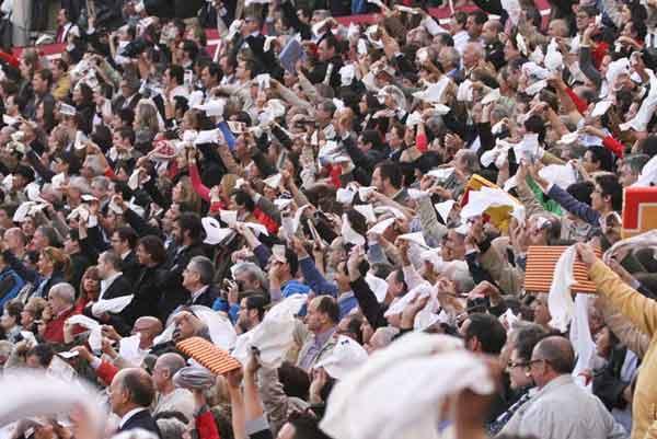 El público exigiendo el indulto del toro 'Arrojado'. (FOTO: Paco Díaz/toroimagen.com)