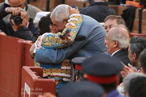 Manzanares se funde en un abrazo con Ramón Vila. (FOTO: Paco Díaz/toroimagen.com)