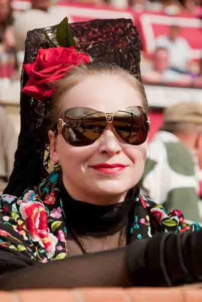 Oiga, señorita: que el Resucitado ya se ha recogido; ¡que ahlora lo que toca es el traje de flamenca! (FOTO: Paco Díaz/toroimagen.com)