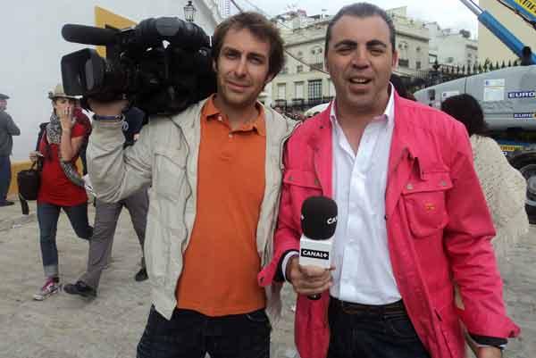 El jerezano Javier Bocanegra con su compañero cámara de Canal Plus. (FOTO: Javier Martínez)