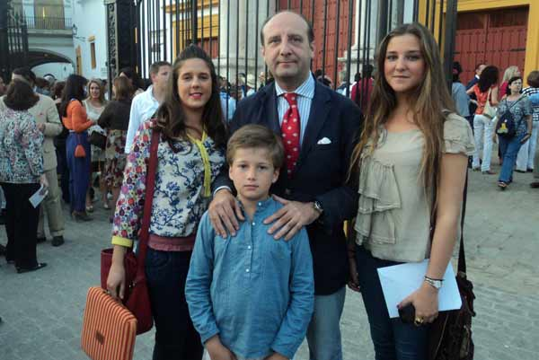 El abogado Joaquín Moeckel y sus tres hijos. (FOTO: Javier Martínez)