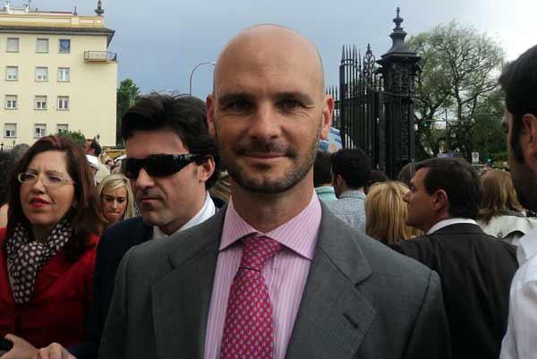 El empresario taurino sevillano, José Luis Peralta, en la Puerta del Príncipe. (FOTO: Javier Martínez)