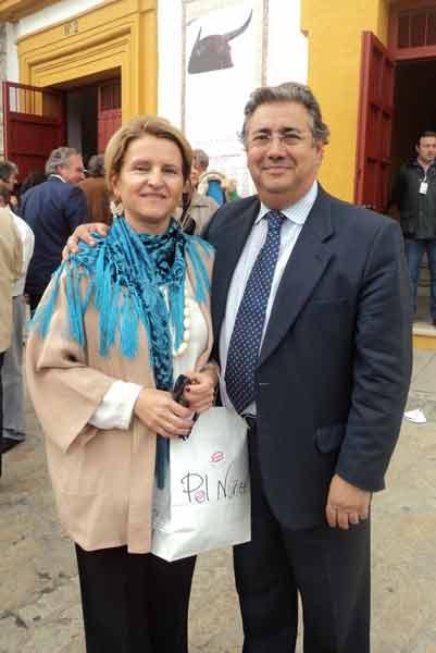 El alcaldable del PP, Juan Ignacio Zoido, y su mujer Beatriz. (FOTO: Javier Martínez)