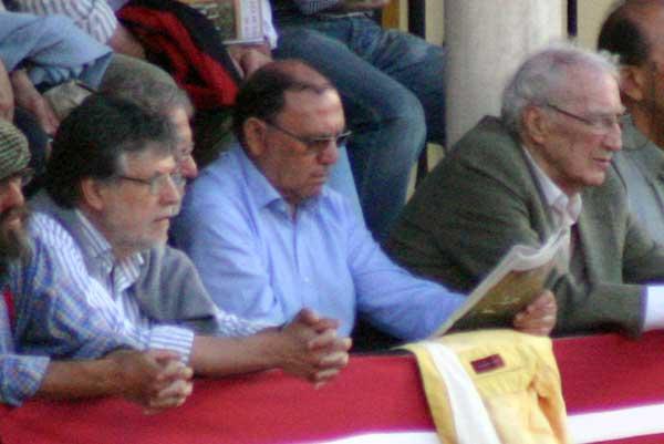 A falta de emoción, algunos optaron por leer la prensa. (FOTO: Javier Mrtínez)