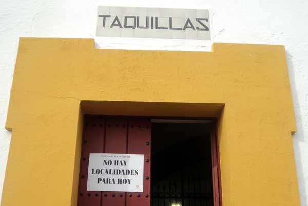 Las taquillas de la Maestranza colgaron el ansiado cartel de 'No hay billetes'. (FOTO: Javier Martínez)
