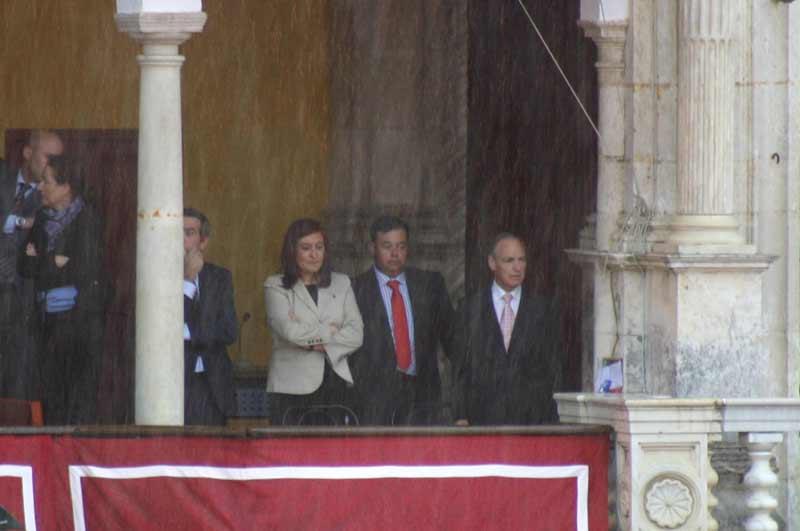 La presidenta Anabel Moreno tuvo que ver la lidia del segundo toro en pie para evitar mojarse. (FOTO: Javier Martínez)