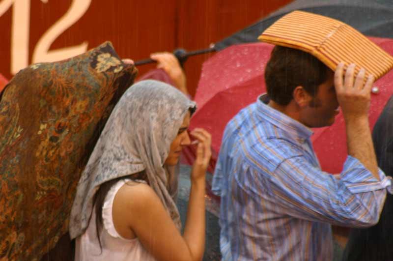Cualquier cosa vale para protegerse de la pertinaz lluvia. (FOTO: Javier Martínez)