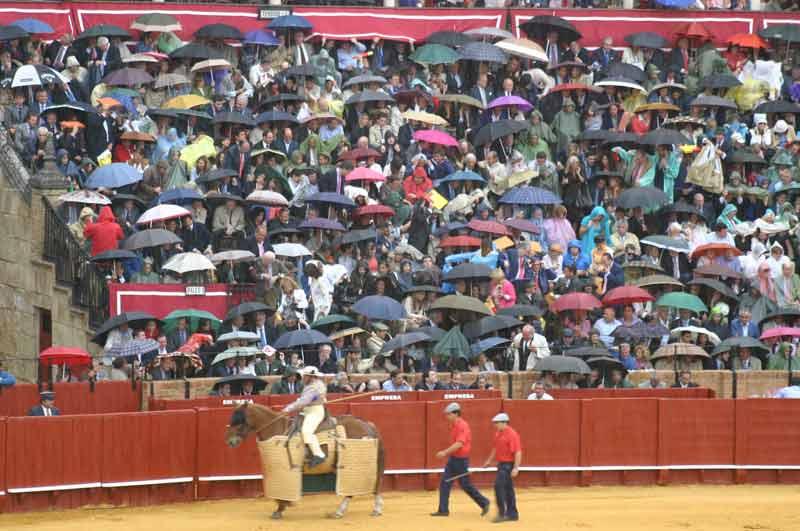 Durante el primer toro comenzó a caer sobre la plaza una fuerte tormenta. (FOTO: Javier Martínez)
