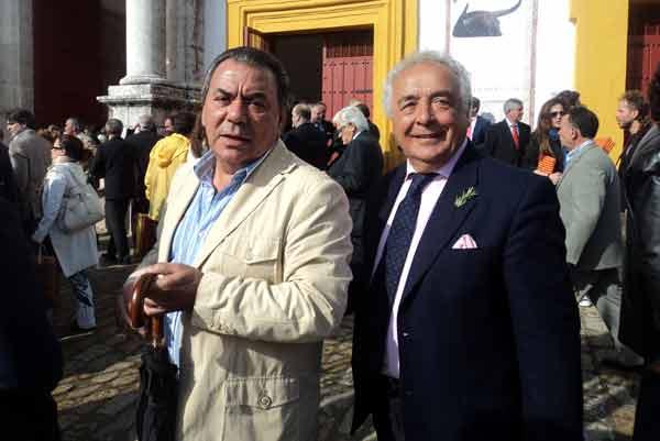 Los populares Los del Río, grandes aficionados, y con la matita del añorado Romero en la solapa. (FOTO: Javier Martínez)