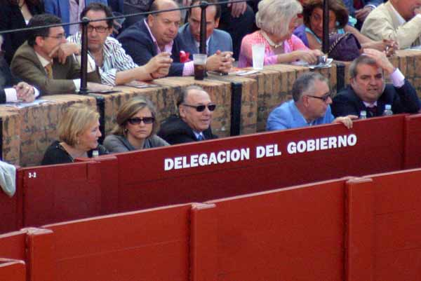 Otros que no pagan, pero en primera fila en el cotizado burladero de la Junta. (FOTO: Javier Martínez)