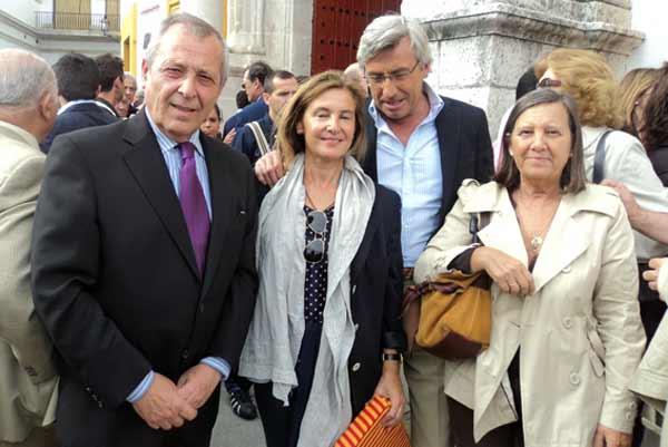 El gerente de la Real Maestranza de Caballería, Francisco Rubio, con su esposa y unos amigos. (FOTO: Javier Martínez)