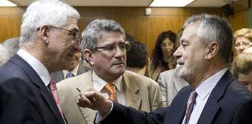 El presidente de la Junta, José Antonio Griñán, junto a los dimitidos vicenconsejero Gómez Periñán (izquierda) y consejero Luis Pizarro (centro).