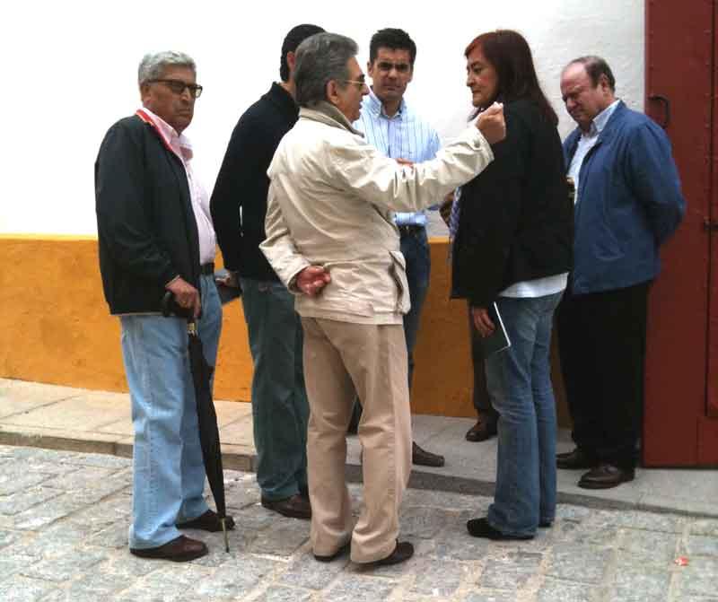La presidenta Anabel Moreno explica la postura de la empresa Pagés a los informadores taurinos sevillanos, que se quedaron en la calle. (FOTO: Román Fernández /perezalarcon.blogspot.com)