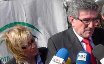 El dimitido consejero Luis Pizarro, y tras él, la delegada de la Junta, Carmen Tovar.