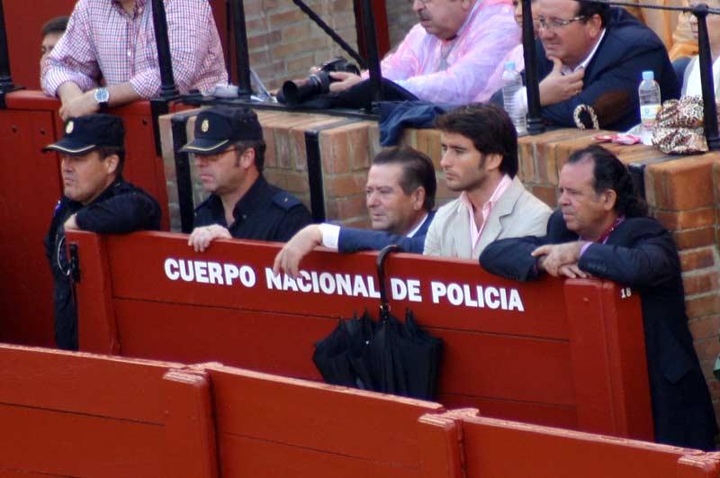 La Policía... ¿secreta? Alguno también tiene un mesón... será para despistar... (FOTO: Javier Martínez)