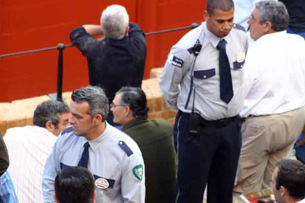 Los vigilantes... de la plaza. No son tan guapos, pero sí muy efectivos: ¡Oiga, que no se puede grabar! (FOTO: Javier Martínez)