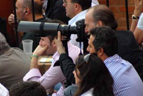 Menudo artilugio fotográfico el de este señor de barrera. (FOTO: Javier Martínez)