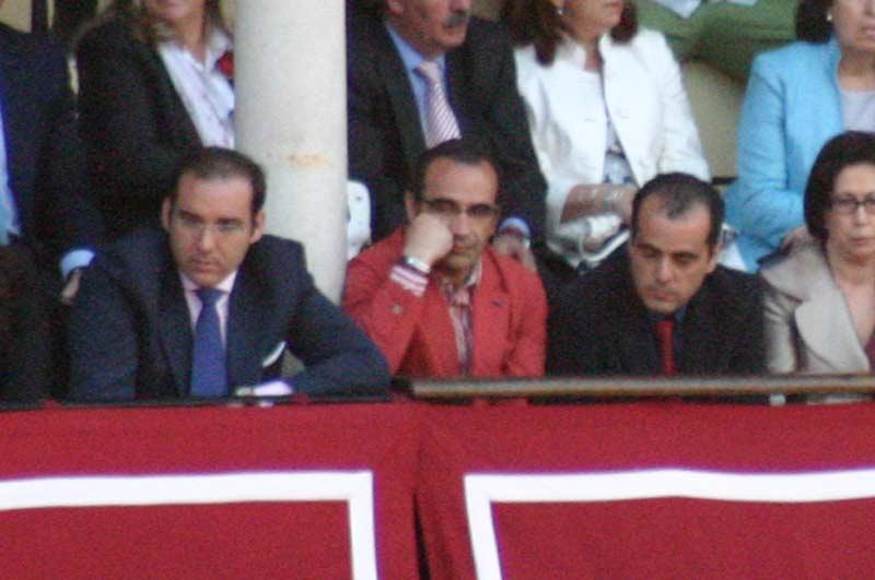 El marido de la delegada de la Junta, Carmen Tovar, en el palco de convite. (FOTO: Javier Martínez)