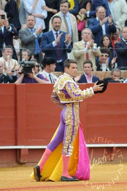 Manzanares tuvo que corresponder al final del paseíllo a la ovación en recuerdo de la histórica faena del indulto. (FOTO: Matito)