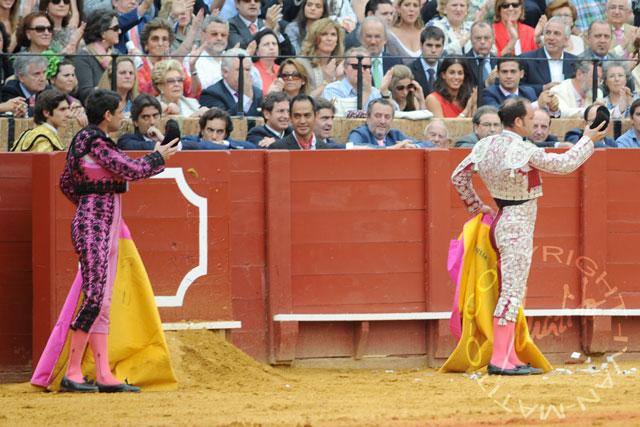 Luis Blázquez y Juan José Trujillo saludan tras colocar los palos. (FOTO: Matito)