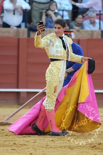 Rafael Cerro con la oreja lograda en el tercero. (FOTO: Matito)