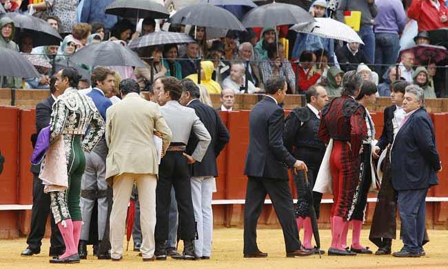 Los rejoneadores y el presidente inspeccionan el ruedo. (FOTOS: Arjona/lamaestranza.es)