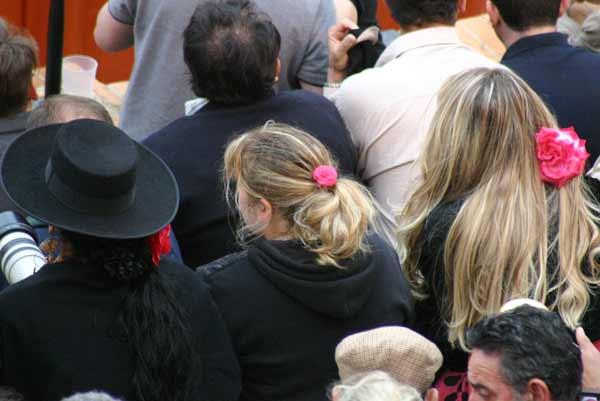 Algunas aficionadas ya venían preparadas para irse tras la corrida a la inauguración de la Feria. (FOTO: Javier Martínez)