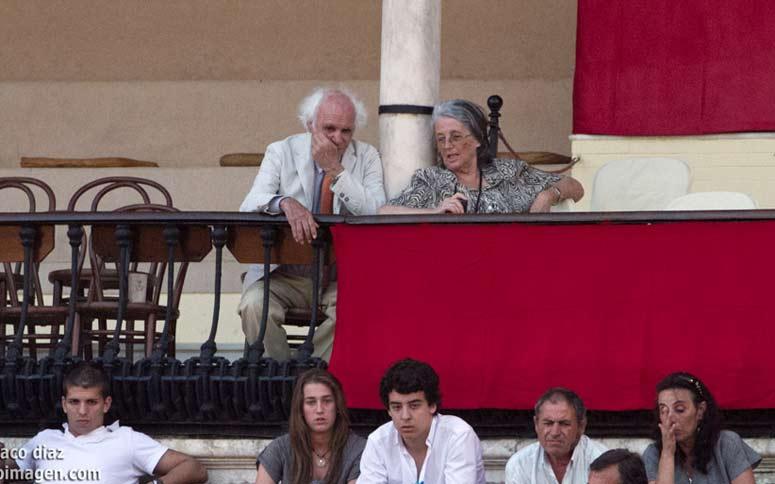 Sólo el Marqués de Albaserrada y señora, convenientemente separados en zona de 'hombres' y 'mujeres'... (FOTO: Paco Díaz/toroimagen.com)