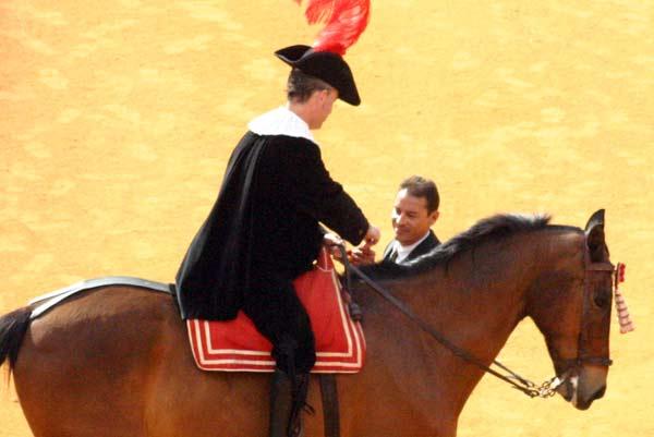 El alguacilillo le entrega la llave del 'portón de los sustos' al torilero de la plaza. (FOTO: Javier Martínez)