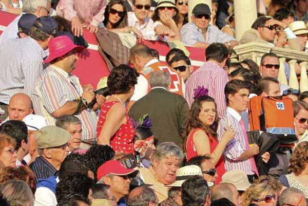 Los chicos de la Cruz Roja han 'currado' hoy de lo lindo en la plaza. (FOTO: Paco Díaz/toroimagen.com)