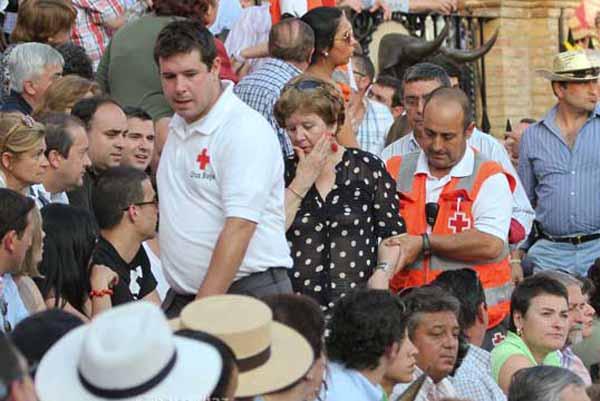 Siempre loable la labor de los volutarios de la Cruz Roja. (FOTO: Paco Díaz/toroimagen.com)