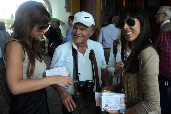 La sonrisa le delata... ¡Menudo el nivel de la presencia de algunas azafatas de promociones! (FOTO: Javier Martínez)