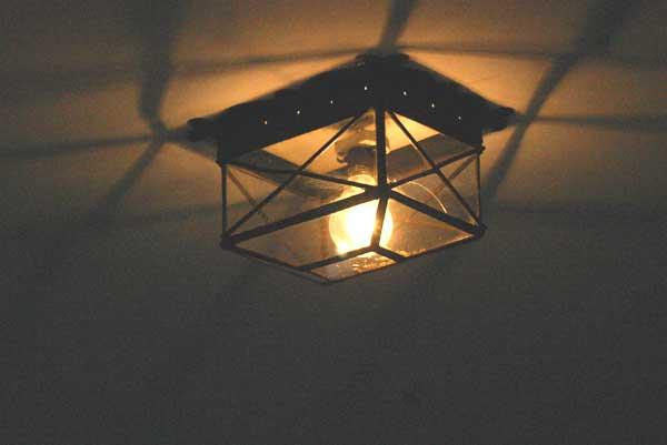Los maestrantes no siguen los consejos de ZP de ahorro energético: todas las bombillas incandescentes de alto consumo. (FOTO: Javier Martínez)