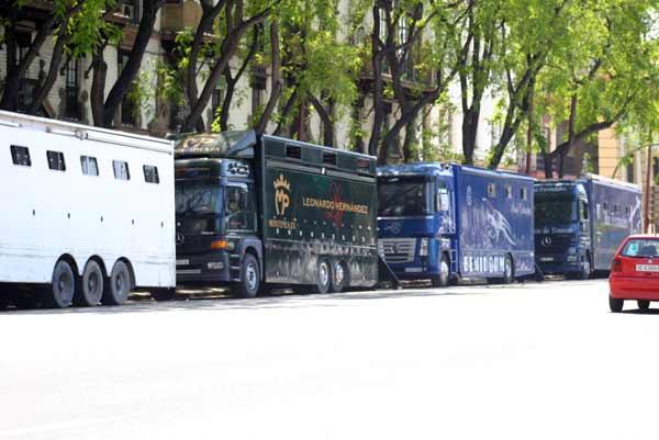 Los alrededores de la plaza de toros, con los enormes camiones de rejoneo. (FOTO: Javier Martínez)