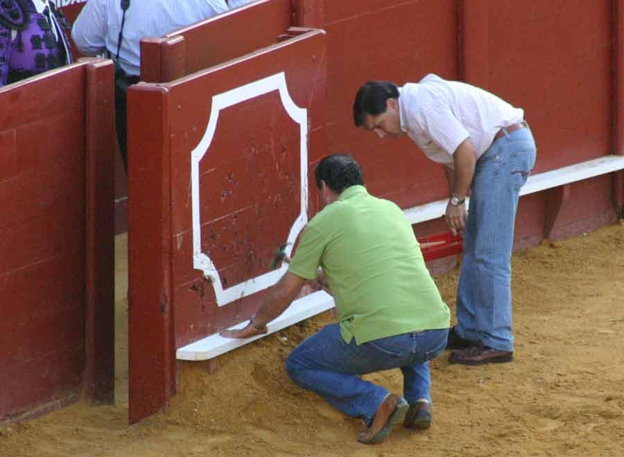 Pero nada puede con la eficacia de los carpinteros de la plaza. (FOTO: Javier Martínez)