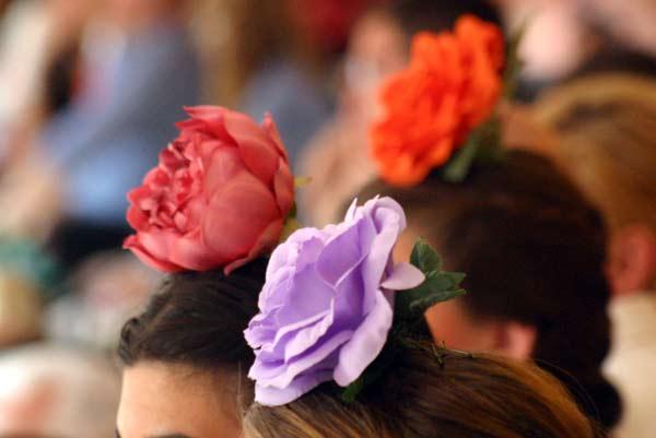 Flamencas muy coloreadas en la Maestranza. (FOTO: Javier Martínez)