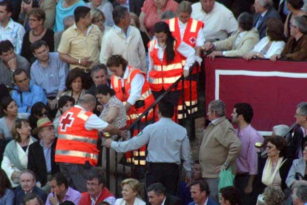 Finalmente fue necesario evacuar a la persona indispuesta hasta la ambulancia. (FOTO: Javier Martínez)