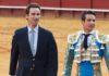 Álvaro Núñez junto a Manzanares en la vuelta al ruedo tras el indulto. (FOTO: Paco Díaz/toroimagen.com)