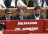 El Jefe del Servicio de Espectáculos Públicos de la Junta, José Antonio Delgado, con gafas de sol, en el burladero de la Junta de Andalucía durante la pasada Feria de Abril. (FOTO: Javier Martínez)