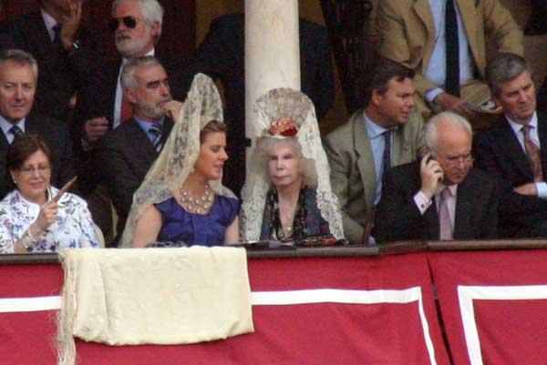 La duquesa de Alba, una tarde más en la Maestranza y vestida de mantilla. (FOTO: Javier Martínez)