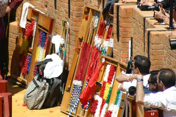 El callejón presentaba un colorido aspecto con las farpas, banderillas y demás útiles de rejoneo. (FOTO: Javier Martínez)