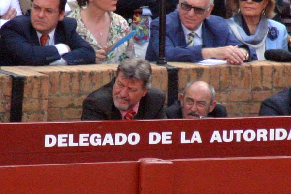 Gabriel Fernández Rey, ex presidente, fijo toda la Feria en el burladero de la autoridad. (FOTO: Javier Martínez)