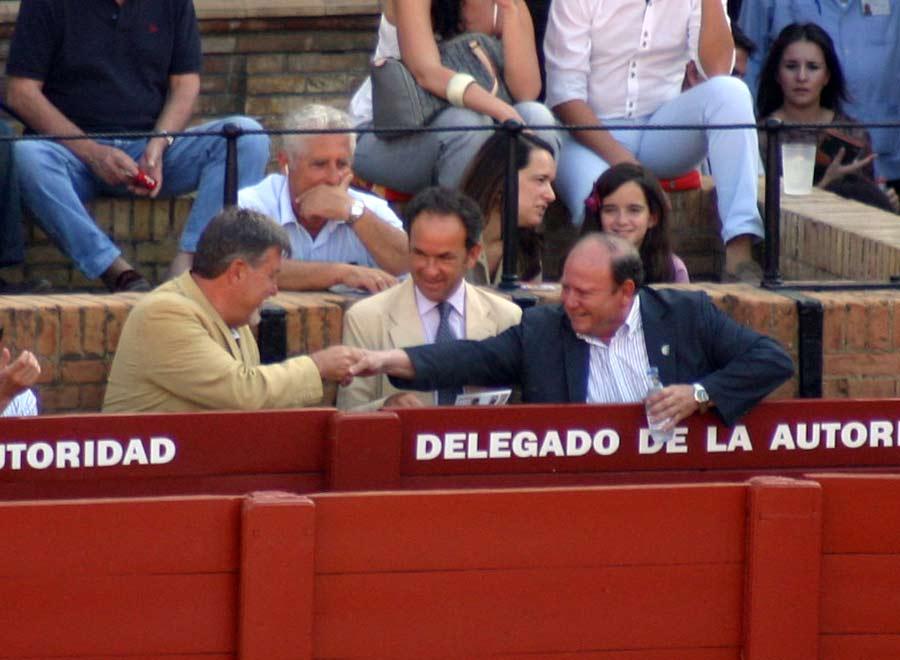 El expresidente Gabriel Fernández Rey saluda al presidente Julián Salguero en presencia del debutante usía. (FOTO: Javier Martínez)