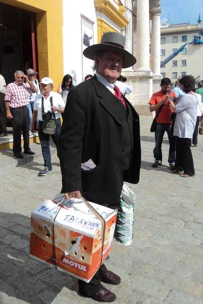 Unl seguidor de Talavante, con un gallo para su torero. (FOTO: Javier Martínez)